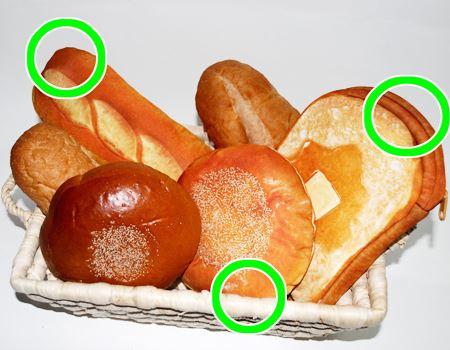 丸印が「まるでパンみたいなポーチ」でした。本物のパンは筆者の晩ごはんとしておいしくいただきました