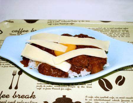 こんな感じでカレー、チーズ、卵を乗せて焼くと…