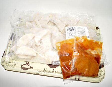 内容物がこちら。餃子50個が入った袋と、味噌だれが2袋