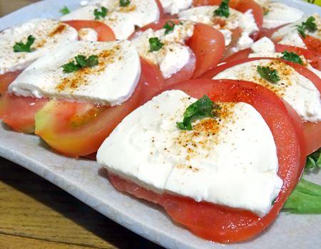 スライスしたトマトと交互に並べ、オリーブオイルとサラダエレガンスをかけました。とってもクリーミーで柔らかいので、スライスして並べるのは、やや難易度高
