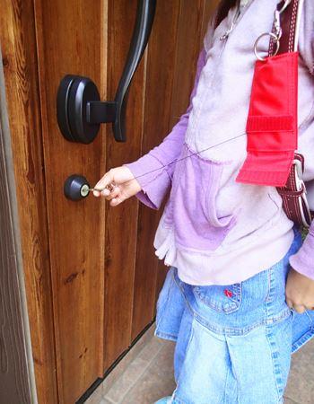 伸ばせるリール紐がついているので、鍵を開けるためにわざわざランドセルを下さなくても大丈夫