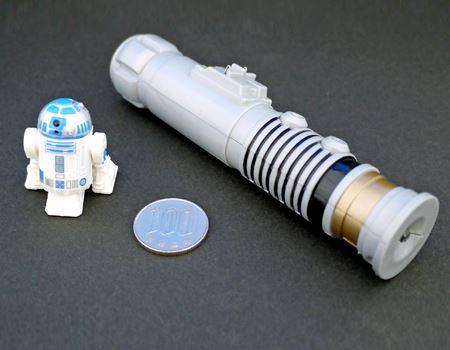 中身は「R2-D2」本体とライトセーバー型コントローラー。サイズはこの小ささ!