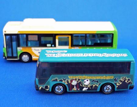 トミカのバスと比べるとひと回り以上大きいサイズです