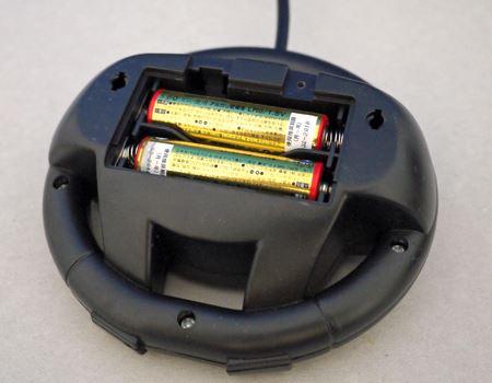 リモコン側に単3形乾電池を2本