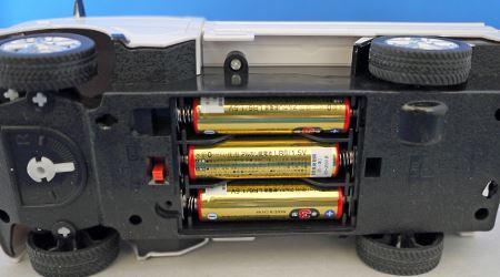 本体側に単3形乾電池を3本使用します