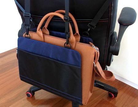 筆者愛用のビジネスバッグを置いてみました。もちろんカバン以外のものでも大丈夫ですが、重さの目安は3kg程度です