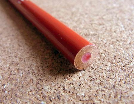 今回購入したのは、丸軸のもの。六角軸のものもあるようですが、筆者にとっての「赤青鉛筆」は丸軸だったように記憶しています