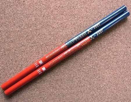 当時からあったかどうか定かではありませんが、赤と青の長さの比率が7:3になった「赤青鉛筆」も発見! やはり皆さん、赤のほうが使用頻度が高いのでしょうね