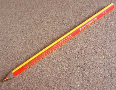 見つけたのは、ドイツの文具メーカー、ステッドラー社の「ノリスクラブ ジャンボ3色えんぴつ」。赤・青・黄の3色が1本の芯になっています