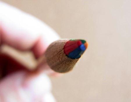 こちらは「マーブルペンシル」で、きれいに4色に分かれているのがわかります