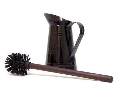 木製の持ち手を引き上げると、その先端はなんとトイレブラシ! とはいえ、ダークな木目とブラックのブラシヘッドの色合いがやっぱりしゃれています
