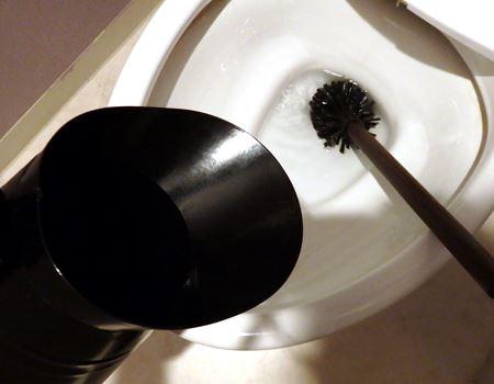 ホルダーに持ち手があるので、サッと持ち上げて、ブラシからの滴を垂らさずに収納できます