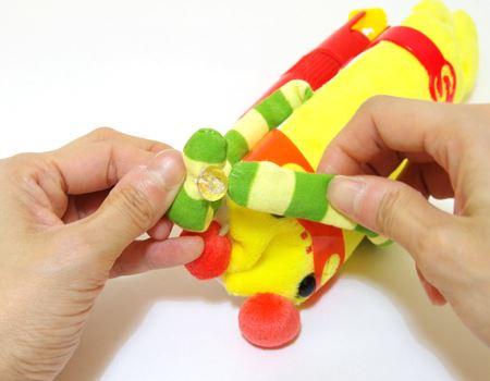 腕の部分には小さなボタンと引っ掛ける輪っかがあり、両手を合わせた状態にできます