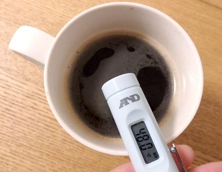 コーヒーの表面温度を測定。猫舌さんなら50℃程度が適温です