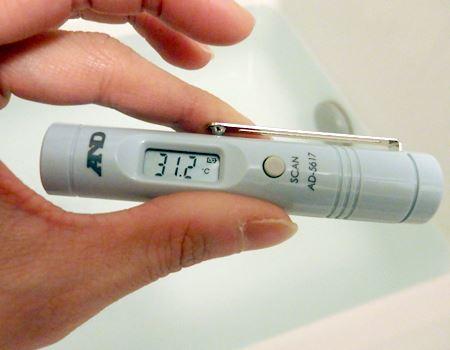 お風呂の温度も瞬時に測定。赤ちゃんの沐浴などに便利そうです