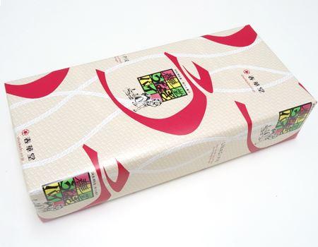 ちなみにこれがレギュラー版の「うなぎパイ」。レトロな包み紙がベタな土産物感を増長させる見た目です