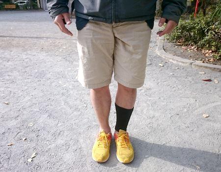 右足はそのまま。左足に足首ウォーマーを装着。気温だけでなく、周りの目も冷ややかでした…