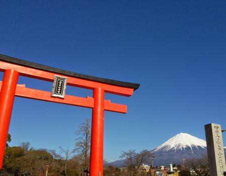 浅間大社の鳥居と富士山もキレイです