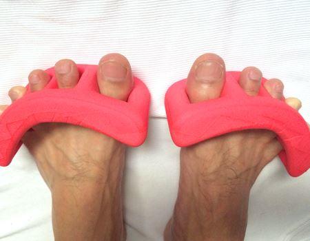 思い切り足の指を伸ばします