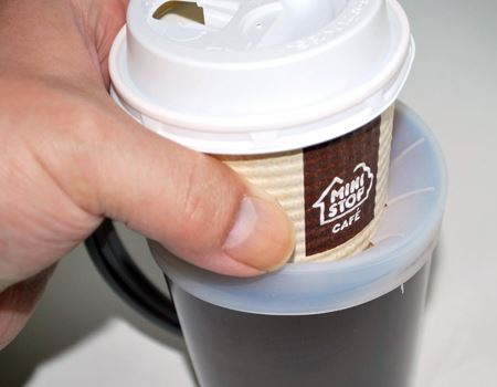 カップまわりのラバーのおかげで、コーヒーカップがグラグラしません