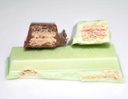 チョコの中を比較。普通のキットカット(左)より、右のほうが中身が詰まっている感じ?