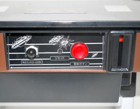 左右2方向のレバーとボタンが1つ。右側にコインを入れるスリットがあります
