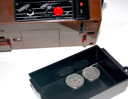 貯金された100円玉がたまっています。電池を入れる場所はテーブル側にありますよ(単3形乾電池3本使用)
