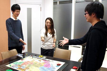 電力に詳しいかなと思い、電気料金比較カテゴリ担当のボードゲーム初心者2人(左)と、経験者1人(右)に遊んでもらうことにしました。まずはじゃんけんで最初の順番決め