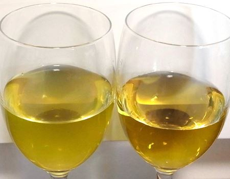 中身の色合いはずいぶん違いますね。どちらが「お〜いお茶 玉露 (瓶)」だかわかりますか?