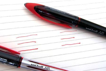 ちょっくら線を引いてみましょう。上から順に筆圧を強くしてみました。字が下手な筆者のこと、線を引くのもなかなかうまくいきませんが、太さの違いがおわかりいただけるでしょうか?
