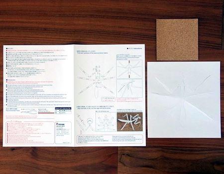 中には説明書と型紙、飾る時に下に敷くコルクの板が入っています