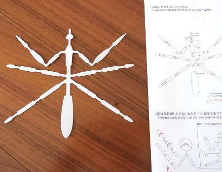 クモみたいですが、本当にカマキリになるのでしょうか? 水に濡らしてから説明書の指示どおりに折ります
