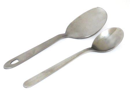 普通のテーブルスプーンとの大きさ比較。持ち手の部分は同じぐらいの長さですが、すくう部分は大きく少し平らです