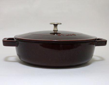 真横から見ると、フライパンと寄せ鍋用の鍋の間ぐらいの深さです。少人数なら寄せ鍋やすき焼きにも十分対応