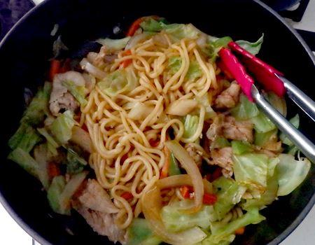 全体的に混ぜ合わせて完成! 食材から出たうまみが麺にまで染みこんで美味。野菜も麺も柔らかくてふっくら。油を引かなくてもいいのでヘルシーです