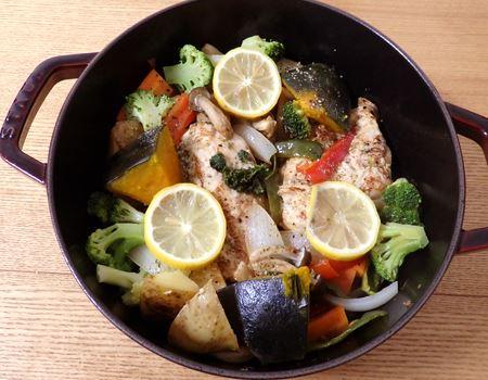 野菜や肉を適当に放り込んで、フタをして火にかけるだけ。手抜きなのにおいしくて見た目もオシャレです。そのままテーブルにも出せます