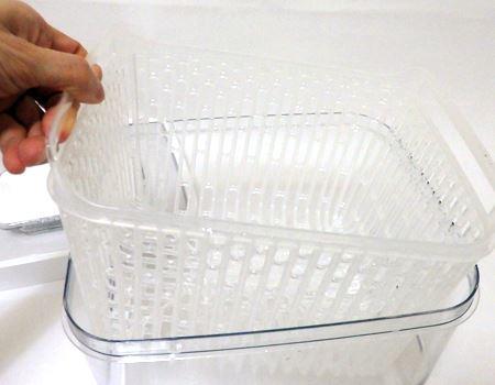 内側にはもう1つバスケット状の容器が入れ子になっています。これにより内部の水分が食材に接触するのを防いで腐敗を遅らせられます