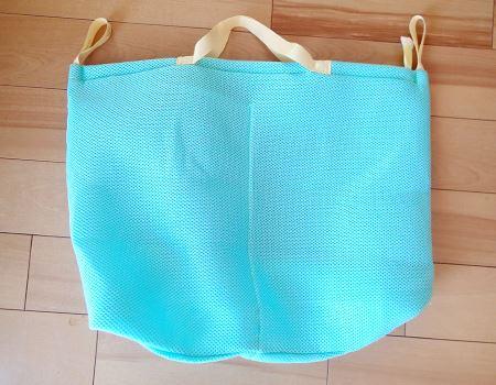 スーパーでもらう大きめの袋ほどの大きさですが、メッシュ生地なので、小さく畳めばコンパクトになります