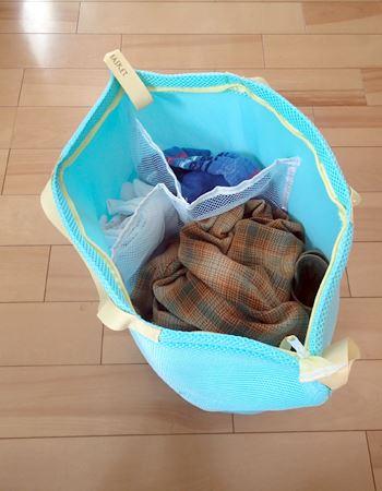 洗濯物を入れると自立するので、洗濯物が溜まるまでは洗濯かごとして使います