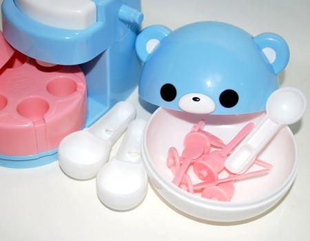 クマの各部は取り外すことができて、それぞれ軽量スプーンや粉をまぜるカップなどになります