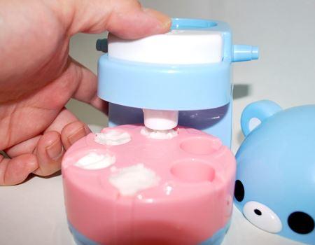 タネができたら型にたっぷり詰め、本体にセットして1つずつぎゅっと押し固めていきます