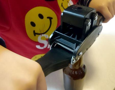 打栓機でひと瓶ずつ栓をします