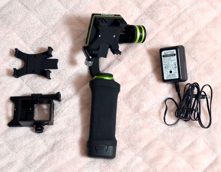 左から、iPhone 6 Plus用ホルダー、GoPro用ホルダー、本体(スマートフォンホルダーセット済み)、バッテリー充電用アダプター