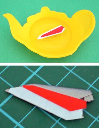 ぬるま湯の入った平皿に、切り出したデカールを3秒ほどつけます。しばらくたったら、シールが自然にはがれますので、パーツに合うようにスライドして接着します