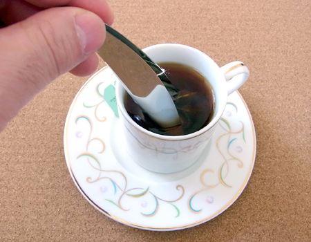 ゆっくりと動かして、紅茶やお茶の味わいが染み出すのを待ちます