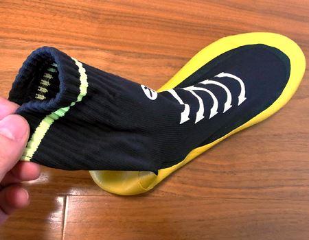 鮮やかな色合いが特徴の靴下。厚みはありますが、通気性はよさそうで肌触りも悪くありません