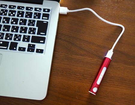 充電中の図。パソコンなどのUSBポートで充電が可能