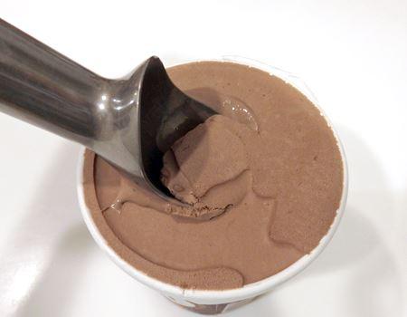 冷凍庫から出したばかりのアイスクリームでも、力を入れずにスッと先が刺さります