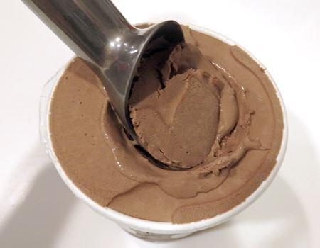 そのままググッと押して、回すようにアイスクリームをすくいます
