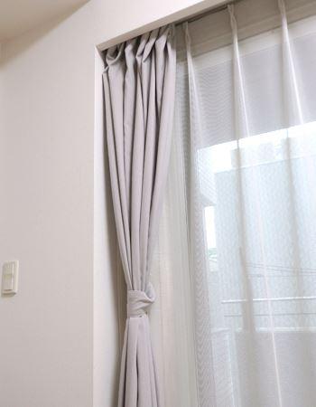 カーテンの裏に隠せるので、普段は見えません